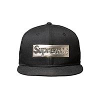 supreme-NEW ERA メタリックロゴ キャップ<br>